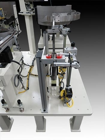 Space saving vibratory floating mandrel feed system